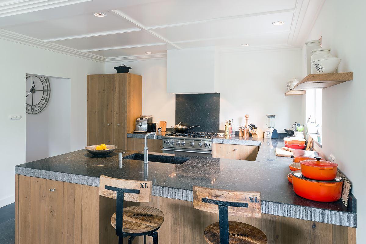 Stoere Landelijke Keuken : Stoere landelijke keuken met een granieten werkblad en een viking