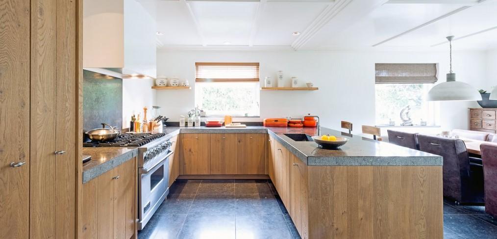 Stoere landelijke keuken met een granieten werkblad en een viking fornuis4