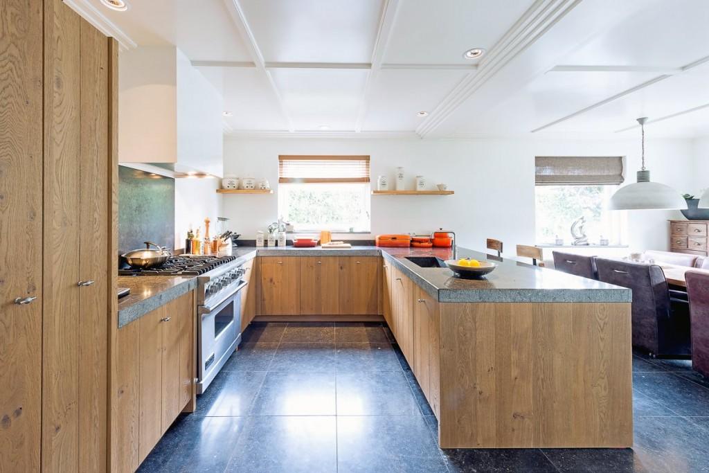 Stoere landelijke keuken met een granieten werkblad en een viking fornuis