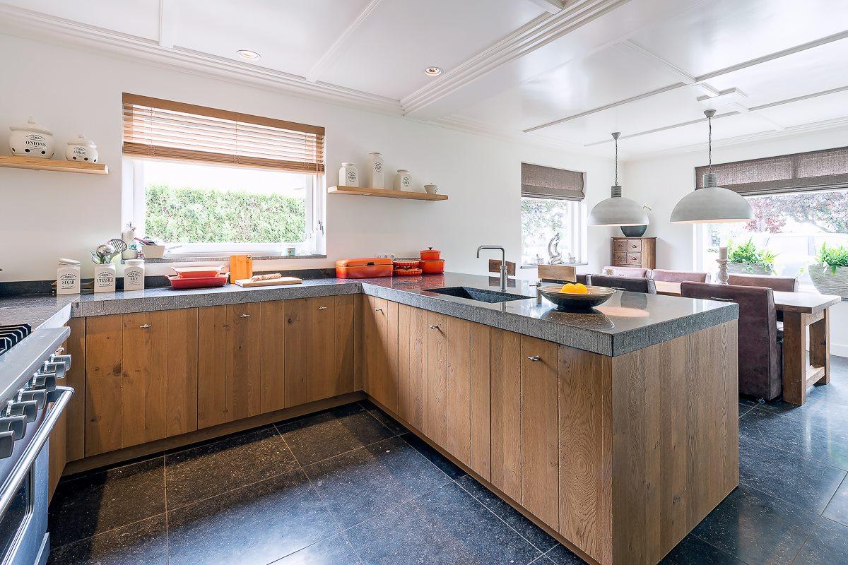Stoere landelijke keuken met een granieten werkblad en een viking ...