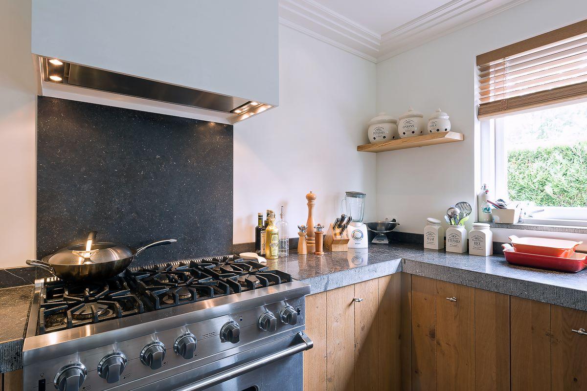 Stoere landelijke keuken met een granieten werkblad