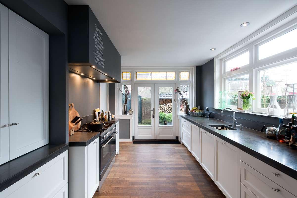 Landelijke handgeverfde matlak keuken in jaren 30 huis - Oud en modern huis ...