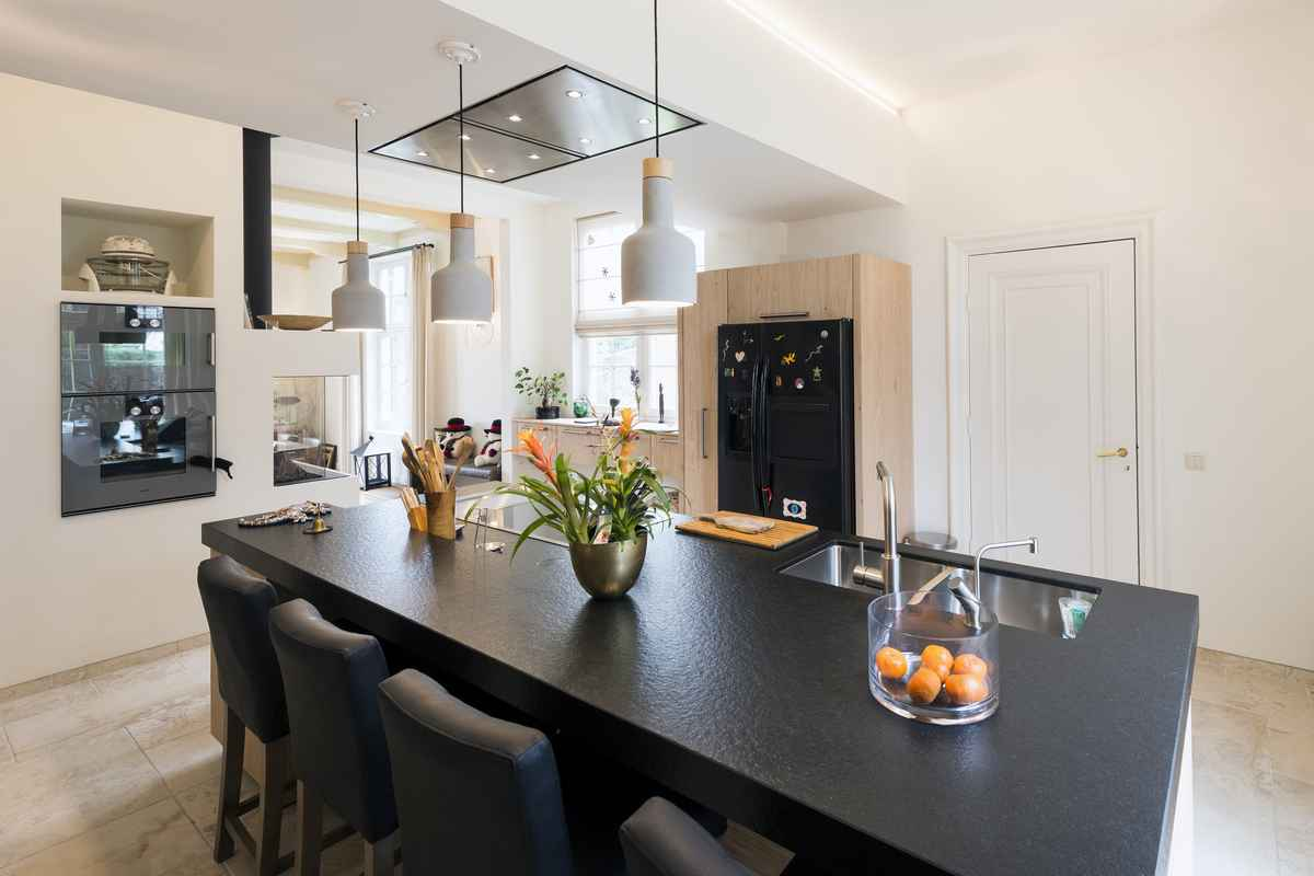 In heemstede bedachten wij deze houten keuken en invulling van het interieur keukenmeyt - Redo keuken houten ...